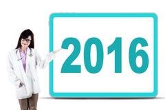 Doctor bonito que muestra el número 2016 Imágenes de archivo libres de regalías