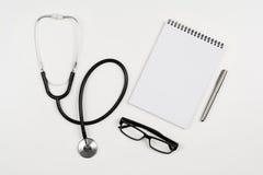Doctor& x27 ; bureau de s avec les accessoires et les produits médicaux Photographie de vue supérieure pour des milieux de médeci Images libres de droits