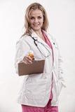 Doctor caucásico de la enfermera de los años 20 atractivos Fotos de archivo libres de regalías