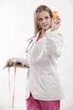 Doctor caucásico de la enfermera de los años 20 atractivos Imagen de archivo