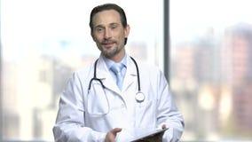 Doctor caucásico hermoso que da una conferencia almacen de metraje de vídeo