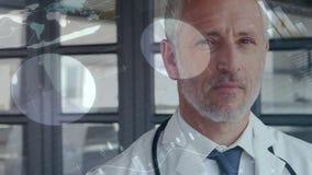 Doctor caucásico pensativo con la animación grafic en primero plano almacen de video