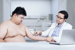 Doctor checking patient in clinic Royalty Free Stock Photos