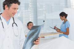 Doctor checking patients xray Royalty Free Stock Photos