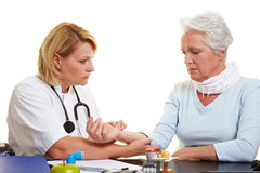 Doctor checking pulse of senior Royalty Free Stock Images