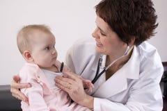 Doctor con el bebé Imagenes de archivo