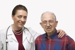 Doctor con el brazo alrededor del paciente Imágenes de archivo libres de regalías
