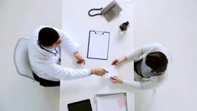 Doctor con el cardiograma y paciente en el hospital almacen de metraje de vídeo