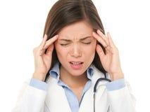 Doctor con el dolor de cabeza subrayado Imagen de archivo libre de regalías
