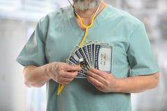 Doctor con el estetoscopio en tarjetas de Seguridad Social genéricas Imagen de archivo libre de regalías