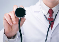 Doctor con el estetoscopio en un hospital Fotos de archivo