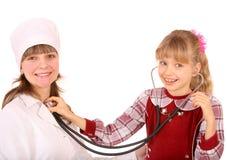 Doctor con el estetoscopio y el niño. Imagenes de archivo