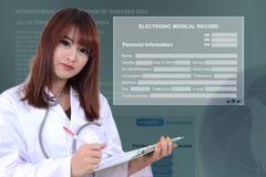Doctor con el informe médico electrónico Foto de archivo libre de regalías