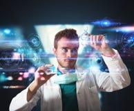Doctor con el interfaz futurista de la pantalla táctil Foto de archivo