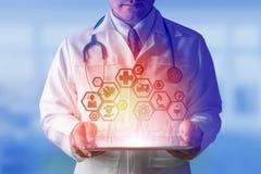 Doctor con el interfaz médico del icono de la atención sanitaria foto de archivo