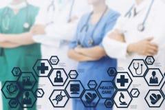 Doctor con el interfaz moderno del icono de la ciencia médica imagen de archivo libre de regalías