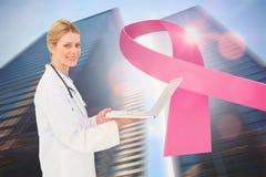 Doctor con el mensaje de la conciencia del cáncer de pecho imagen de archivo libre de regalías