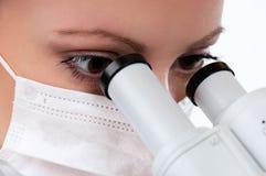 Doctor con el microscopio Foto de archivo libre de regalías