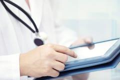 Doctor con el ordenador de la tablilla imágenes de archivo libres de regalías