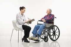 Doctor con el paciente. Imagen de archivo libre de regalías