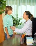 Doctor con el paciente del adolescente Imágenes de archivo libres de regalías