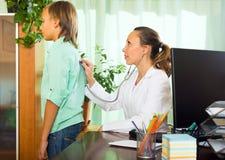 Doctor con el paciente del adolescente Fotografía de archivo