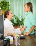 Doctor con el paciente del adolescente Fotos de archivo