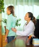 Doctor con el paciente del adolescente Foto de archivo libre de regalías