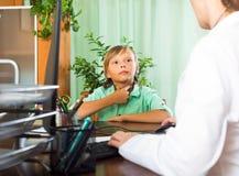 Doctor con el paciente del adolescente Imagen de archivo