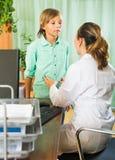 Doctor con el paciente del adolescente Foto de archivo