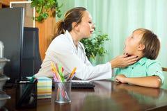 Doctor con el paciente del adolescente Fotografía de archivo libre de regalías