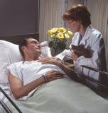 Doctor con el paciente en hospital Imagen de archivo libre de regalías