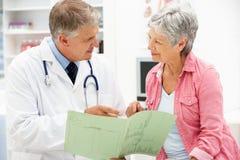 Doctor con el paciente femenino imagen de archivo libre de regalías