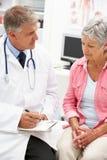 Doctor con el paciente femenino Fotografía de archivo libre de regalías