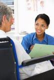 Doctor con el paciente femenino Fotos de archivo