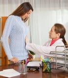 Doctor con el paciente femenino joven Fotografía de archivo
