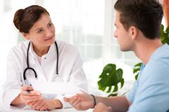 Doctor con el paciente masculino Fotos de archivo