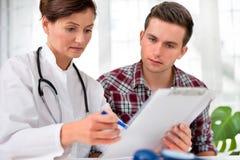 Doctor con el paciente masculino Foto de archivo libre de regalías