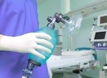 Doctor con el saco respiratorio Imagen de archivo libre de regalías
