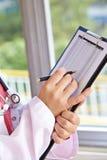 Doctor con el tablero y la lista de control Imagenes de archivo