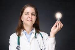 Doctor con la bombilla que brilla intensamente Fotografía de archivo libre de regalías