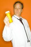 Doctor con la botella de la medicina Foto de archivo libre de regalías