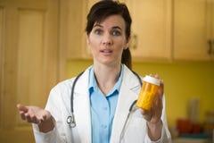 Doctor con la botella de la prescripción Foto de archivo libre de regalías