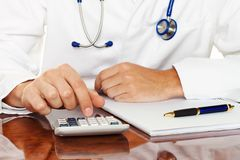 Doctor con la calculadora Fotografía de archivo