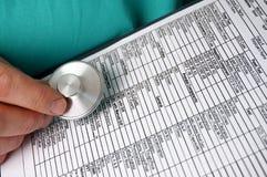 Doctor con la carta y el estetoscopio médicos Foto de archivo libre de regalías