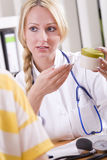 Doctor con la droga y el paciente Imágenes de archivo libres de regalías