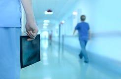 Doctor con la imagen de la radiografía en pasillo del hospital fotografía de archivo libre de regalías