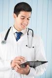 Doctor con la pluma y el sujetapapeles Imagen de archivo libre de regalías