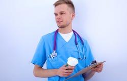 Doctor con la situación del estetoscopio, brazos cruzados Foto de archivo libre de regalías
