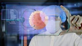 Doctor con la tableta futurista de la pantalla del hud Óvulo nano del robot a la célula de huevo Concepto médico del futuro libre illustration